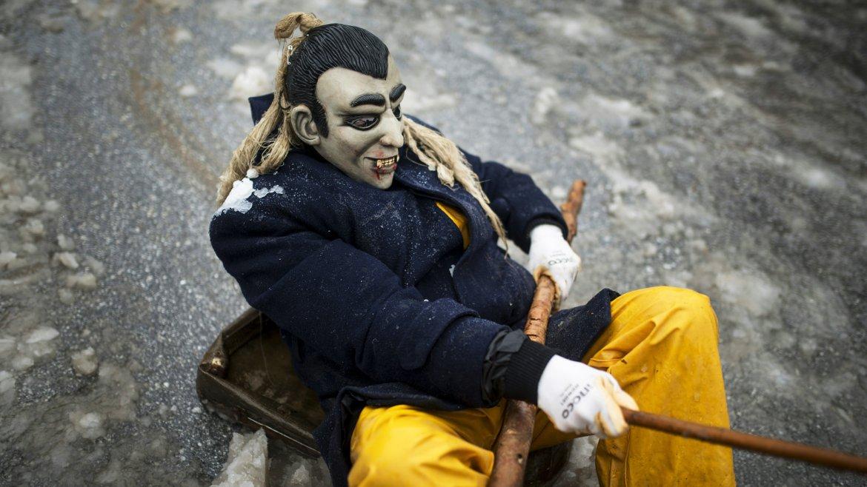 Los participantes deleitan en las calles con máscaras que reflejan rituales paganos, cuestiones religiosas o sátiras políticas de la actualidad