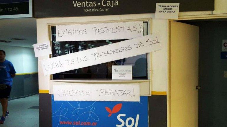 Los trabajadores de Sol Líneas Aéreas protestan en el Aeroparque Jorge Newbery