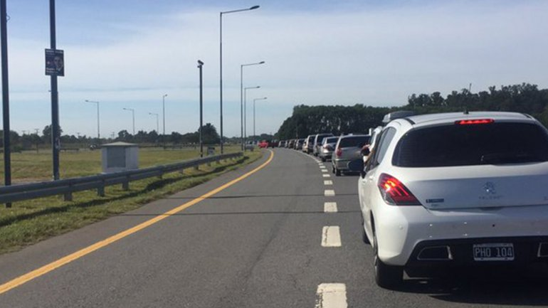 En las redes sociales, los turistas protestaban hoy por el lento flujo vehicular.