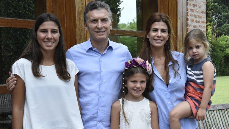 Mauricio Macri y Juliana Awada junto a Iara y Kala Nisman en la residencia