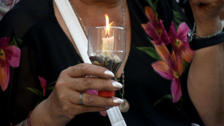 Los asistentes concurrieron con una vela encendida en la mano para homenajear al fallecido fiscal