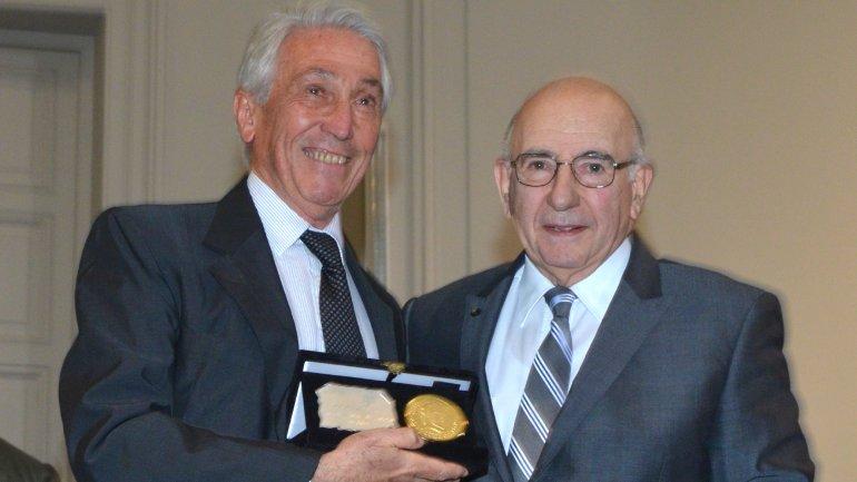 Hugo Esteva, a la izquierda, con el premio Maestros de la Medicina, que recibió en 2013