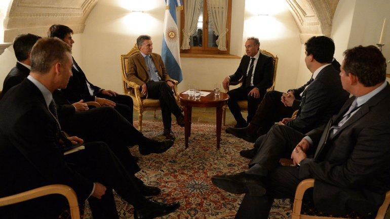 Mauricio Macri y Marcos Mindlin junto a un grupo de empresarios