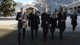 Marcos Peña, Sergio Massa, Mauricio Macri, Susana Malcorra y Fulvio Pompeo caminan abrigados por las calles de Suiza