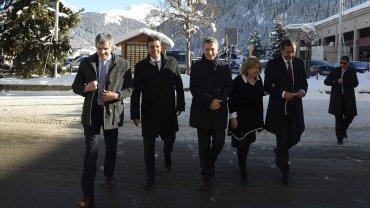 Marcos Peña, Sergio Massa, Mauricio Macri, Susana Malcorra y Fulvio Pompeo caminan abrigados por las calles de Suiza, con una escenografía nevada