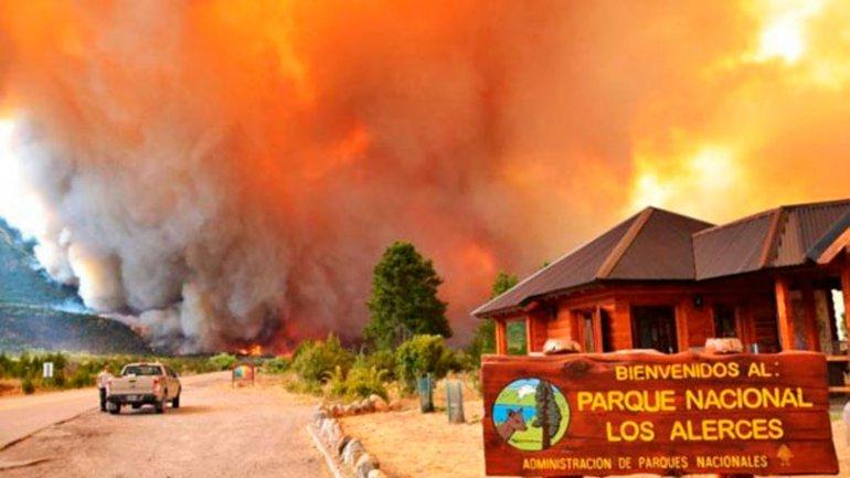 Recién el lunes bajará la temperatura para ayudar a los bomberos a extinguir el fuego