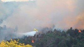 Aviones hidrantes combaten el fuego en el Parque Nacional Los Alerces
