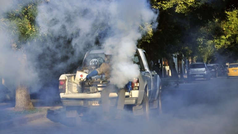 Las patrullas municipales fumigan las zonas de riesgo