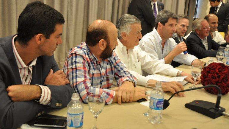 José Luis Gioja (centro), la alternativa que manejan para lidera el PJ y evitar una ruptura