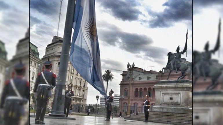 El acto puede presenciarse a las 7:15 am o a las 7 pm en Plaza de Mayo