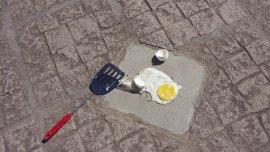 El huevo fue hecho en tres minutos sobre un mosaico de cemento