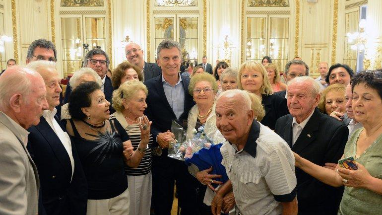 Mauricio Macri junto al grupo de sobrevivientes del holocausto