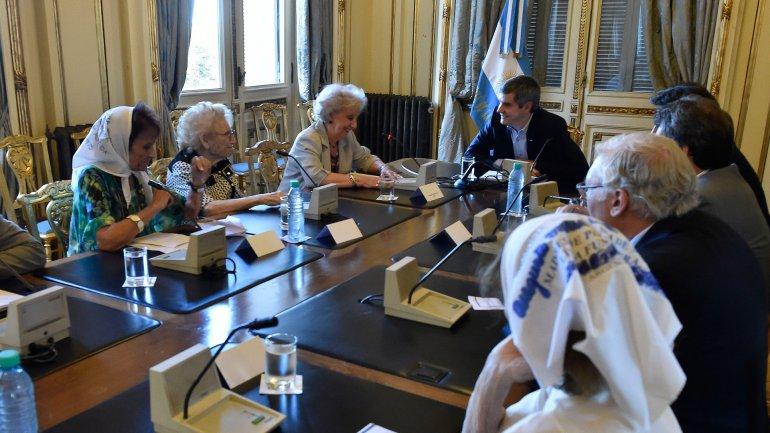 Estela de Carlotto y representantes de numerosos organismos de defensa de los derechos humanos fueron recibidos por Marcos Peña en Casa Rosada.