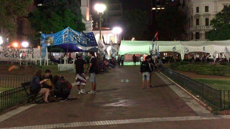 Las carpas en Plaza de Mayo permanecían durante la madrugada