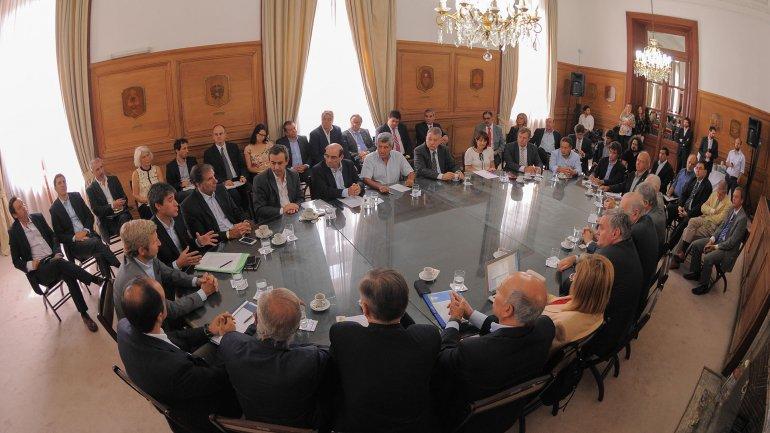 Rogelio Frigerio y Adrián Pérez con los representantes de los partidos políticos