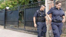 Agentes policiales en la quinta donde murió la joven