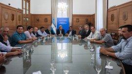 La mesa de reunión entre el Gobierno, Chubut, los petroleros y los empresarios