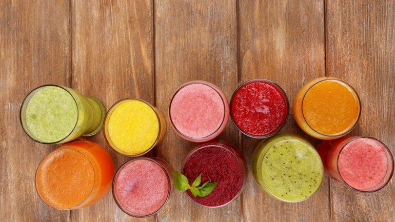 Los jugos en general contienen mucho azúcar y poca fibra