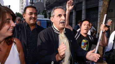 Guillermo Moreno camina y aplaude acompañado por militantes del PJ, en la previa del último Consejo Nacional partidario