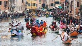 Miles de turistas llegan a Venecia para disfrutar del carnaval.