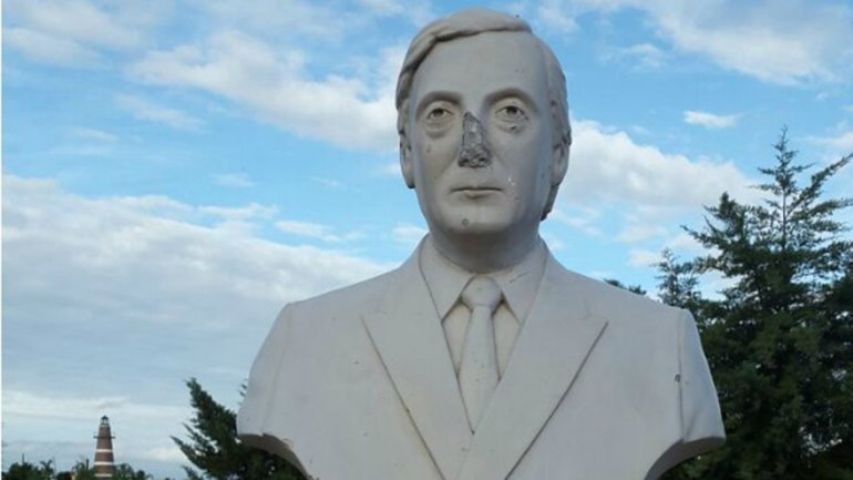 Tiraron abajo otra estatua de Nestor Kirchner (lloran los K)