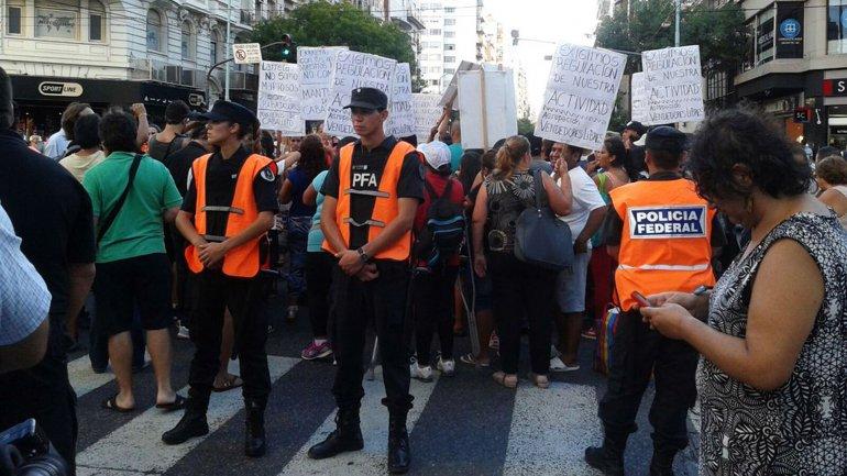 La policía llegó al lugar para controlar la protesta