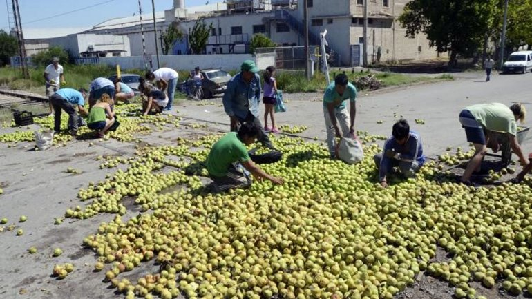 Productores de Rio Negro tiraron 100 mil kilos de fruta.
