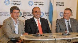 El ministro de Hacienda y Finanzas Alfonso Prat Gay, junto al gobernador y vice de Tucumán Juan Manzur yOsvaldo Jaldo
