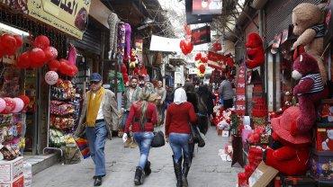 Locales llenos de globos rosas y rojos para celebrar San Valentín en Afganistán.