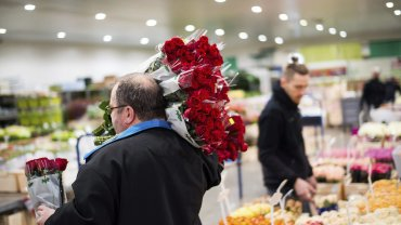 Un hombre carga al menos seis ramos de rosas en Austria.