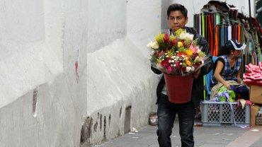 Los floristas prepararon ramos de rosas para venderle a los enamorados en Ecuador.