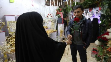 Una pareja celebra el Día de los Enamorados en Afganistán.