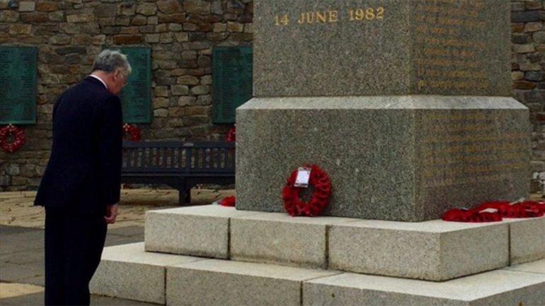 Michael Fallon se acercó al monumento a los caídos británicos en la Guerra de Malvinas