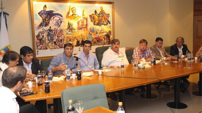 Diego Bossio habla durante la reunión que se realizó en la sede de SMATA