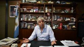 Hugo Moyano en su despacho, durante una entrevista con Infobae