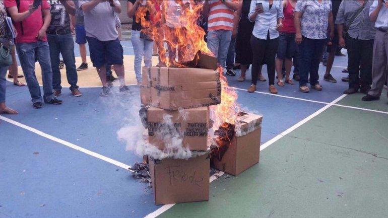 Decenas de personas quemaron urnas y boletas en Santa Cruz luego de denunciar irregularidades