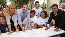 Dirigentes peronistas recolectando firmas contra el aumento en la electricidad