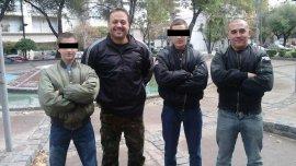 Carlos Pampillón (centro), acusado de ser el líder de una banda de neonazis en Mar del Plata