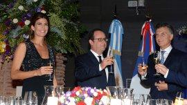 El presidente Mauricio Macri y su esposa, la Primera Dama, Juliana Awada, brindan con el presidente de Francia, Francois Hollande, en el Museo del Bicentenario