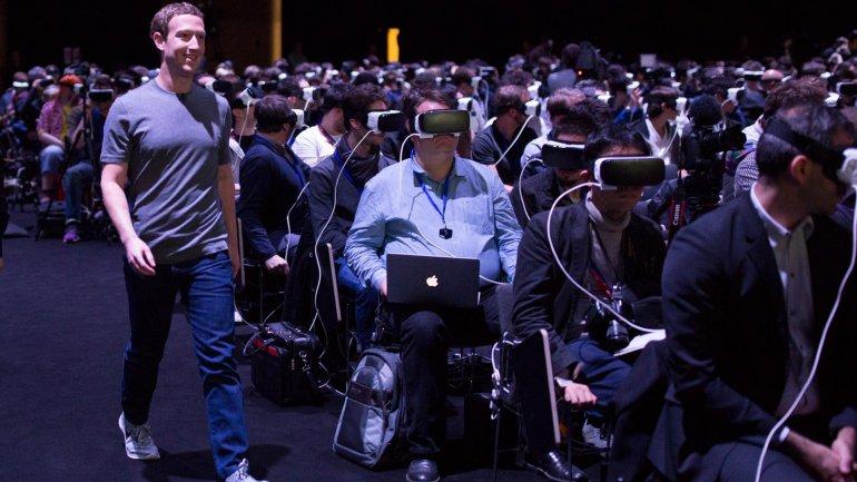 Mark Zuckerberg, fundador de Facebook, en medio de la presentación de las Gear 360
