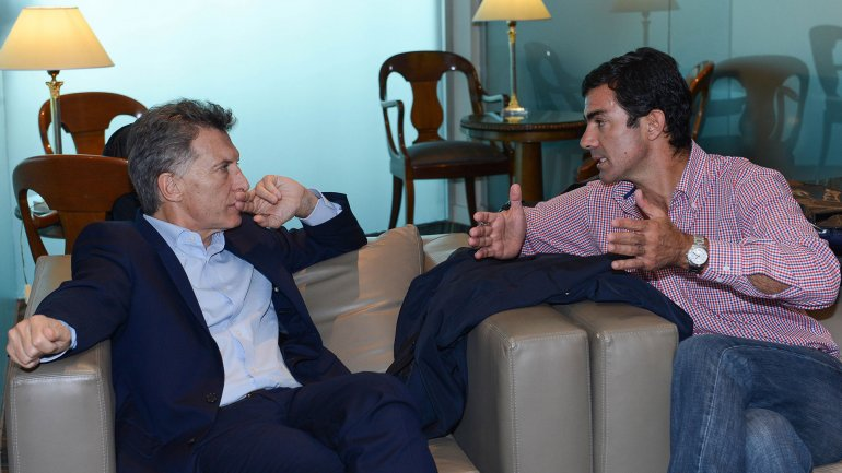 Mauricio Macri escucha atentamente a Juan Manuel Urtubey (Imagen de archivo)