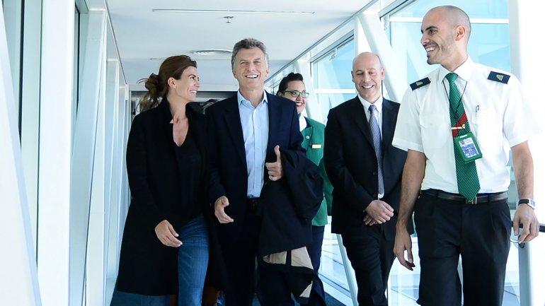 Mauricio Macri abordando junto a su mujer Juliana Awada