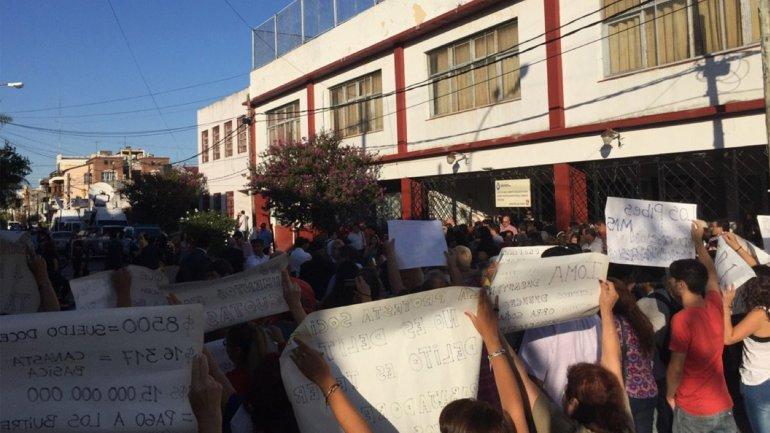 Las pancartas incluían repudio por los despidos