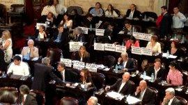 El FpV llevó carteles al Congreso para criticar a Macri
