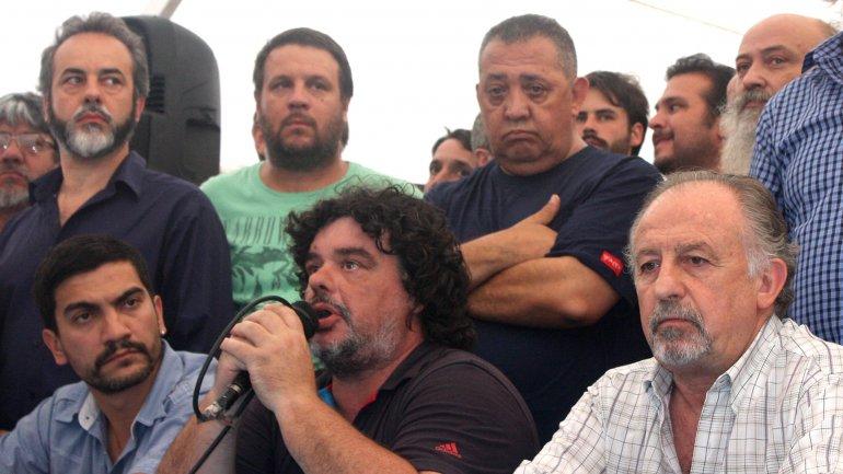 Alejandro Coco Garfagnini (centro, sosteniendo el micrófono) durante una conferencia de prensa pidiendo la liberación deMilagro Sala.