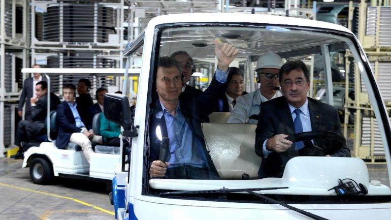 El presidente Mauricio Macri, junto al presidente de Toyota Argentina, Daniel Herrero, recorrieron la planta ampliada de la terminal de automotores