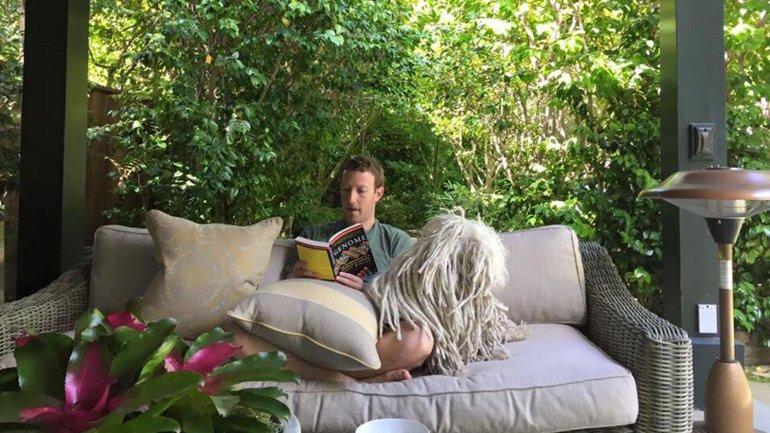 Mark Zuckerberg y su perro Beast, cumpliendo el gran desafío de lectura del joven millonario