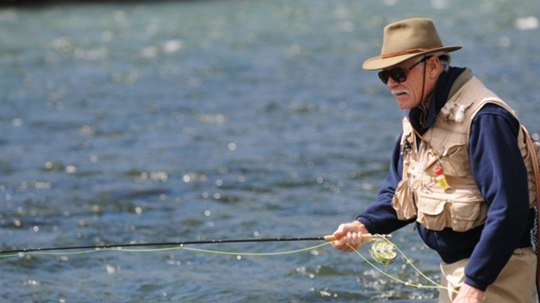 Ted Turner, pescando en el río Traful.