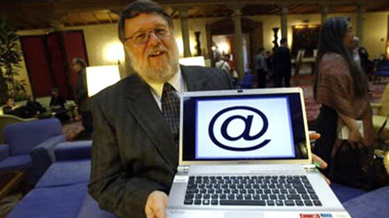 Raymond Tomlinson fue el creador del correo electrónico y del símbolo arroba (@)