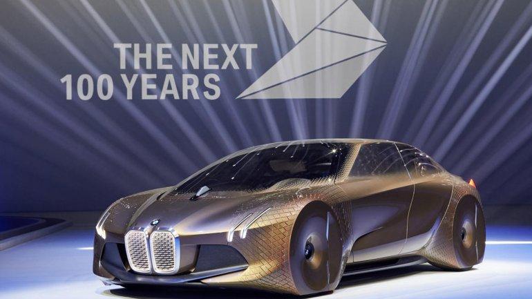 Las puertas del Vision Next 100 son tipo ala de gaviota y el volante es rectangular, como el de los aviones